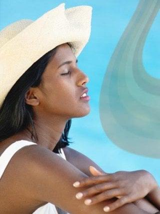 Fototipo V - Pelle scura, capelli neri e occhi scuri: chi appartiene a questo fototipo ha tantissima melanina e si scotta raramente. I dermatologi consigliano comunque di utilizzare creme e filtri solari per proteggere la pelle dai raggi ultravioletti.