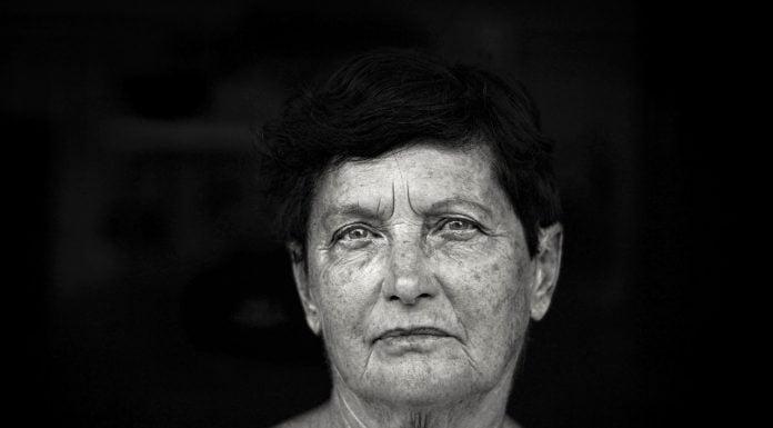 Donna con rughe al viso