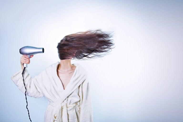 Caduta dei capelli: le cause vanno ricercate con la tricoscopia.