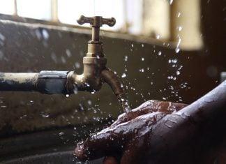 Acqua di rubinetto per struccarsi