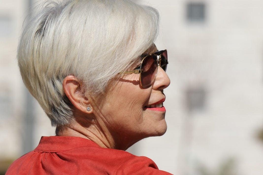 donna-capelli-grigi